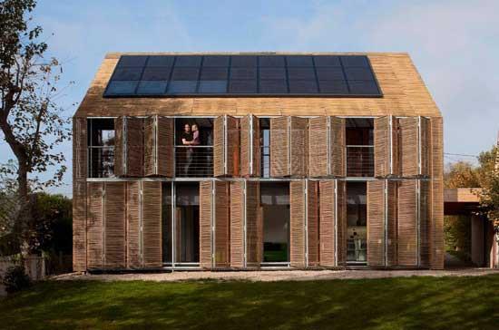 Passivhaus con schermature mobili in bambù progettata dallo studio Karawitz
