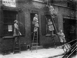 2_Women-window-cleaners.jpg