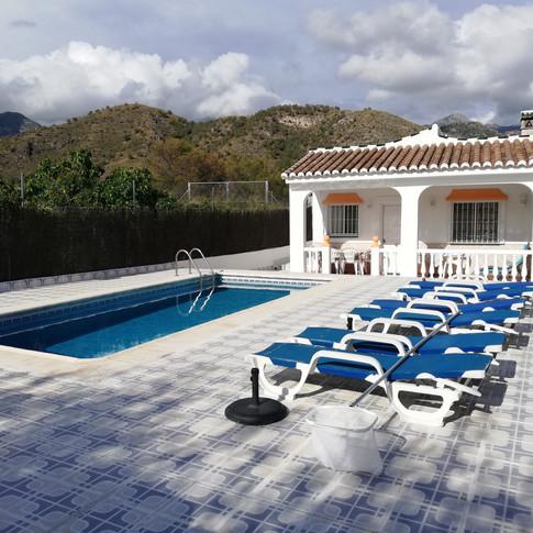 Casa Rural Villa Belydana  vista la terraza y piscina