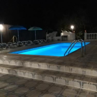 Casa Rural Villa Belydana en la Noche la Terraza con Barbacoa y Piscina iluminada Privada