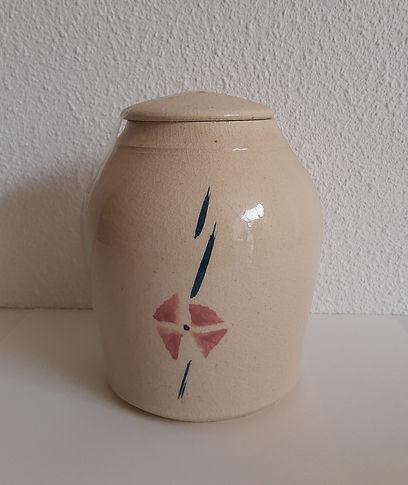 witte urn met bloem.jpg