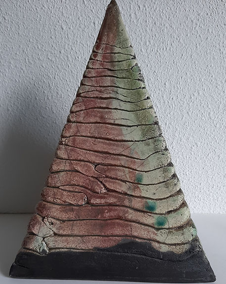 urn piramide raku gestookt.jpg
