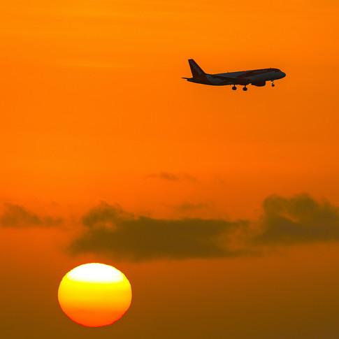 (554) Plane on Approach to Edinburgh Air