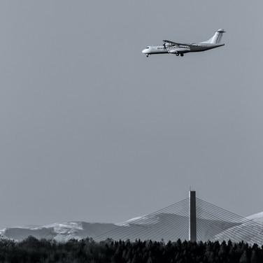 (1318) Twin Propeller Plane on Final App