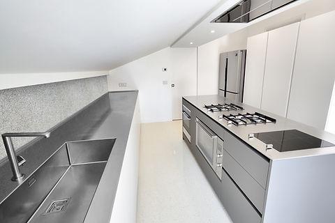 cucina laminato fenix bianco kos e grigio londra by Heron Lab