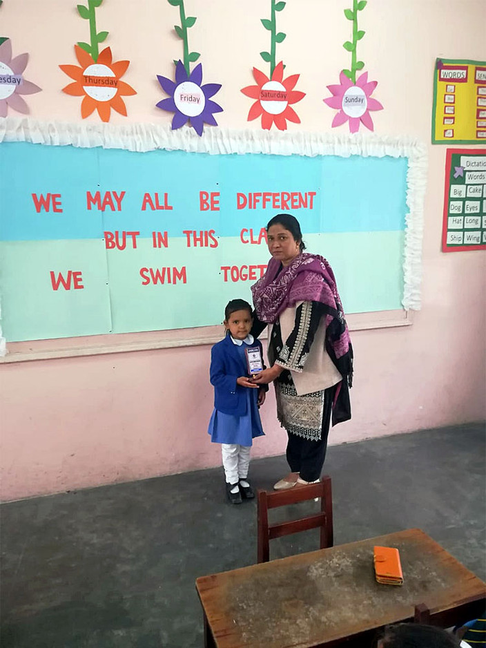 Een aantal kinderen van het Teach The Children project hebben een prijs gekregen voor hun goede prestaties op school.