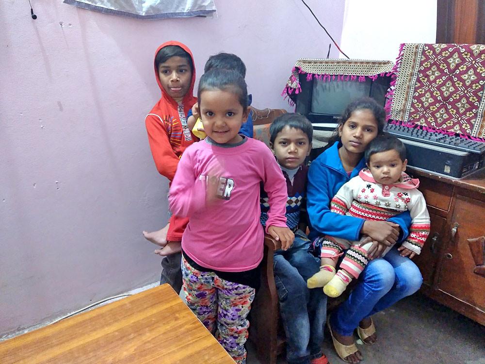 Kinderen in het huis van Teach the Children. Sommige van deze kinderen hebben geen ouders meer en waren aan hun lot overgelaten.