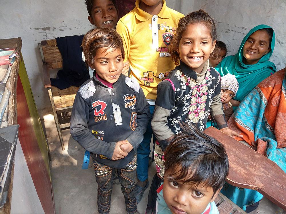 Kinderen uit de steenfabrieken schrijven zich in op school samen met een medewerker van Teach The Children. Voor sommige kinderen is het de eerste keer dat ze naar school gaan.