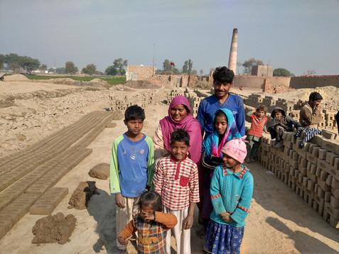 Een gezin uit de steenfabriek waarvan de kinderen naar school gaan via het Teach The Children project. Voor sommige kinderen is het de eerste en enige kans om naar school te gaan.