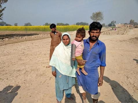 Steenfabriek arbeiders waarvan de kinderen in het Teach The Children project zitten.