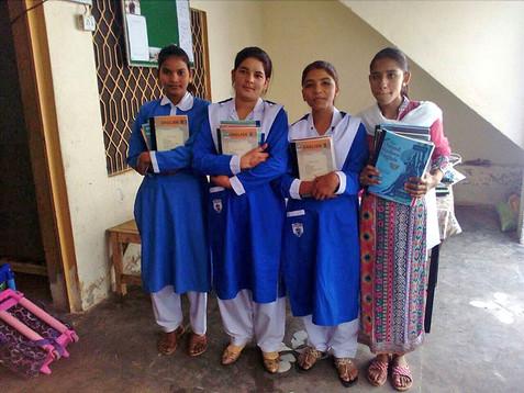 Een aantal christelijke meisjes die nu goed onderwijs krijgen via Teach The children.