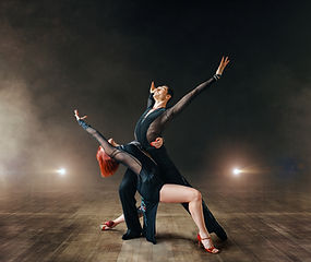elegant-dancers-ballrom-dance-on-the-sta