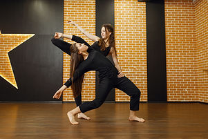 two-female-contemporary-dance-performers