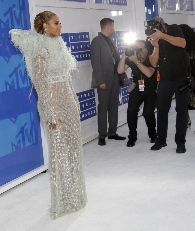 On-the-red-carpet-at-the-2016-MTV-Video-Music-Awards_7_1