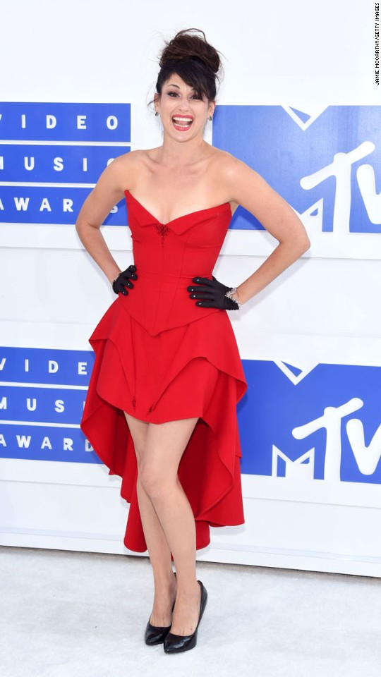 160828192252-10vma-red-carpet-0828-super-916