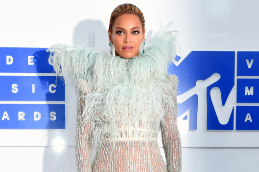 28-vma-red-carpet-beyonce-.w529.h352
