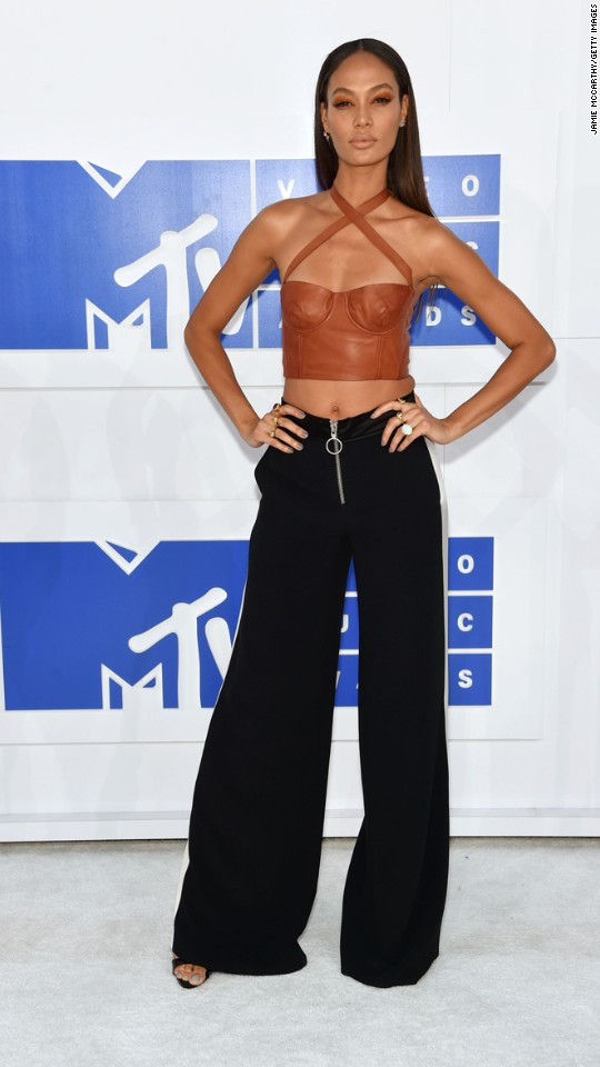 160828195941-17vma-red-carpet-0828-super-916