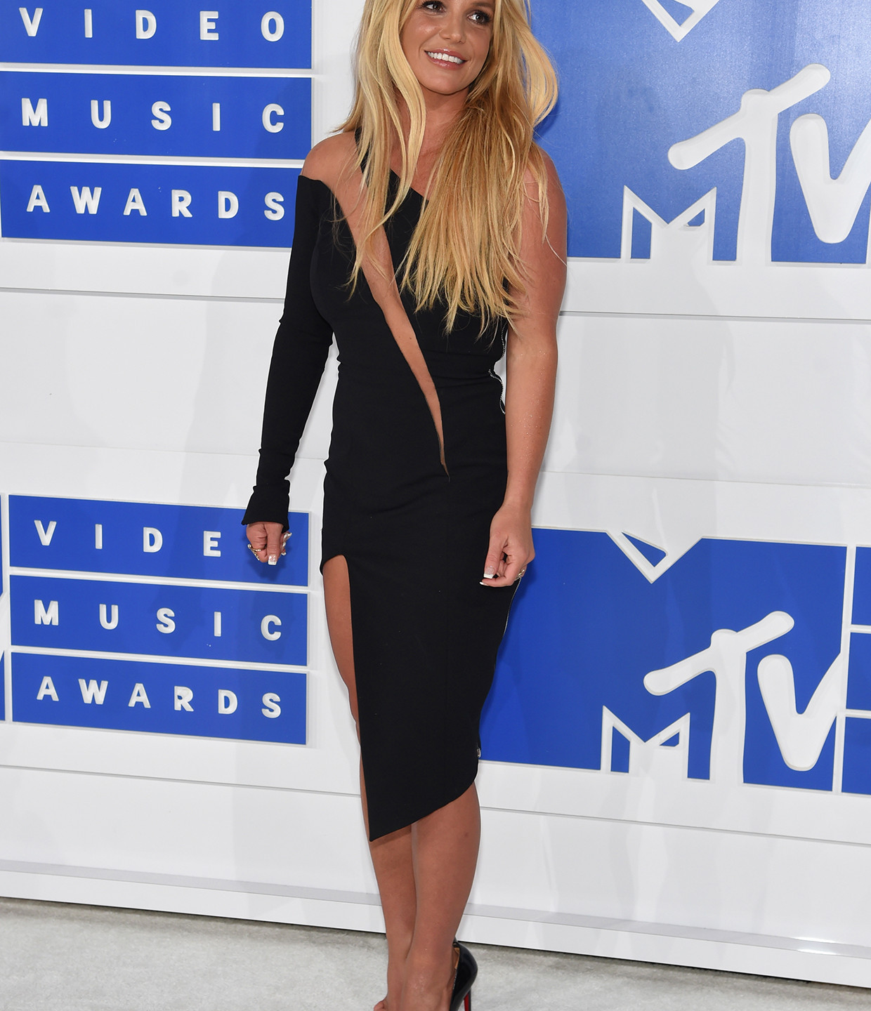 britney-spears-mtv-vmas-red-carpet-2016-billboard-1240