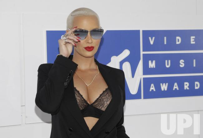 On-the-red-carpet-at-the-2016-MTV-Video-Music-Awards_4_1