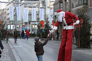 kinderkaravaan kerstman op stelten