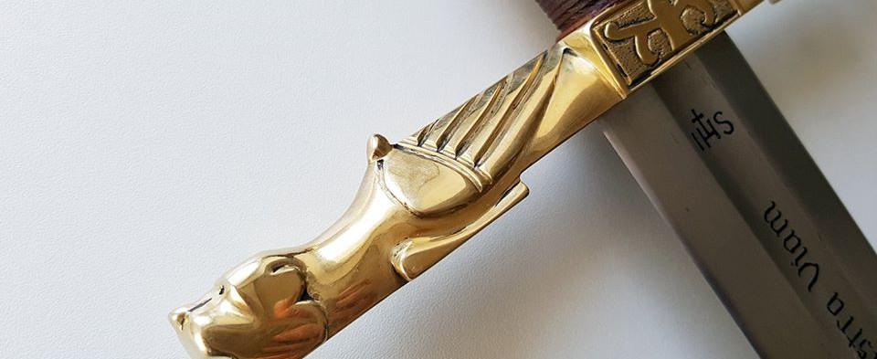 Détails de la garde d'une épée de cérémonie