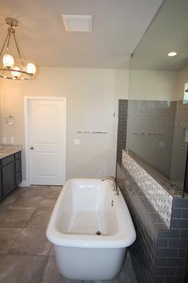 9295 (13) Master Bathroom.JPG