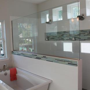 9260 (18) Master Bathroom Shower and Tub