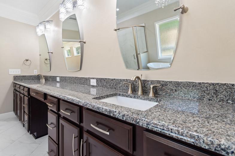 9320 (33) Master Bathroom.JPG