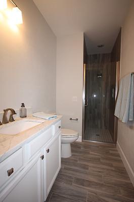 9260 (15) Hall Bathroom.JPG