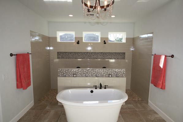9263 Master Bathroom Tub and Shower.JPG