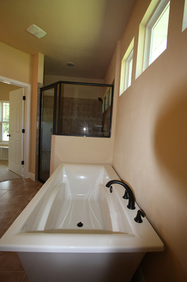 9249 Memphis (27) Master Bathroom Tub.JP