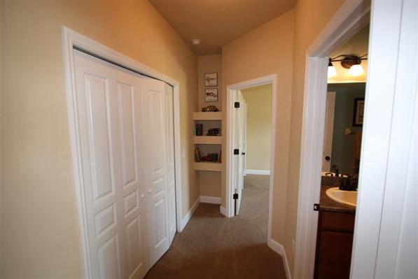 9242 (12) Hallway.jpg