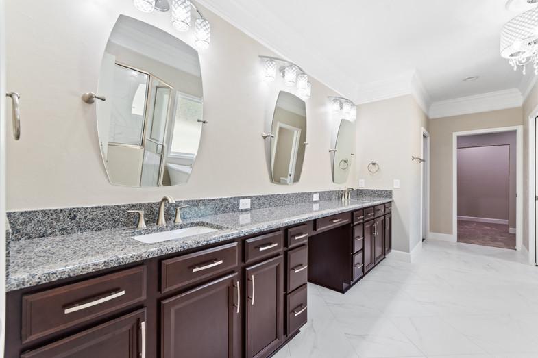 9320 (31) Master Bathroom.JPG