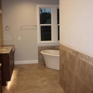 9283 (18) Master Bathroom.JPG