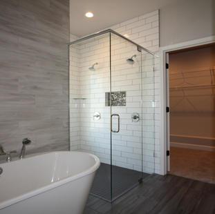 9313 (07) Master Bathroom Tub and Shower