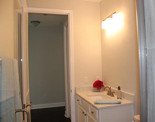 9260 (14) Hall Bathroom.JPG