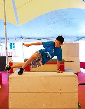 Camps de vacances de parkour. Traceur en action ParkourRep. Québec Canada
