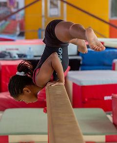 Camp de vacance Gymnastique. Gymnaste sur poutre Gymnova. GymRep, Québec canada