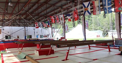 Camp de vacances de gymnastique en plein air GymRep, poutre gymnova. Québec Canada