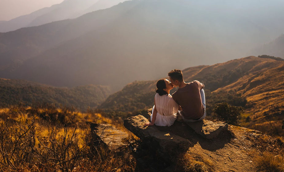 couple photoshoot ideas kissing in the mountains