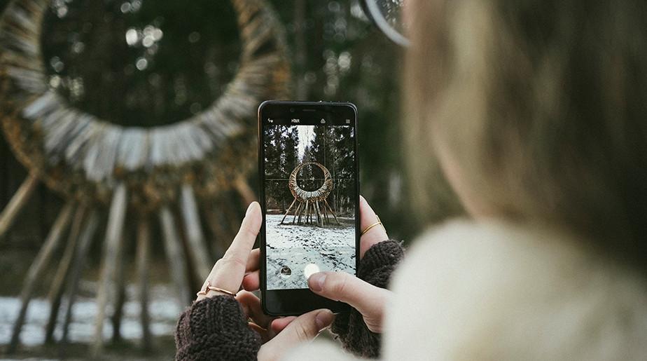 girl using smartphone camera