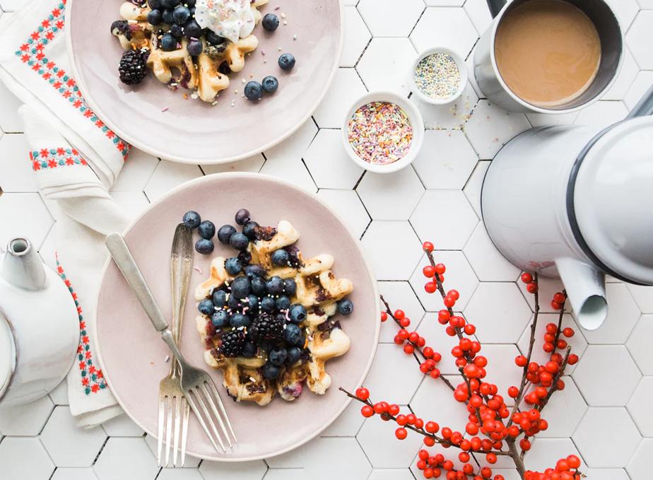 朝食のブルーベリーワッフルと紅茶