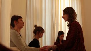 Katharina Wunderlich verdient sich mit den Frauen in ihrem Heilkreis.