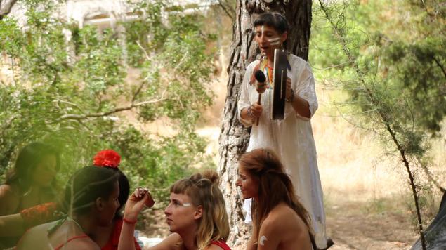 Sie bemalen ihre Gesichter für eine Ancestral Voice Zeremonie mit Aiwu Rivera