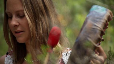 Diana Odette Beaulieu trommelt in den Wäldern Ibizas.