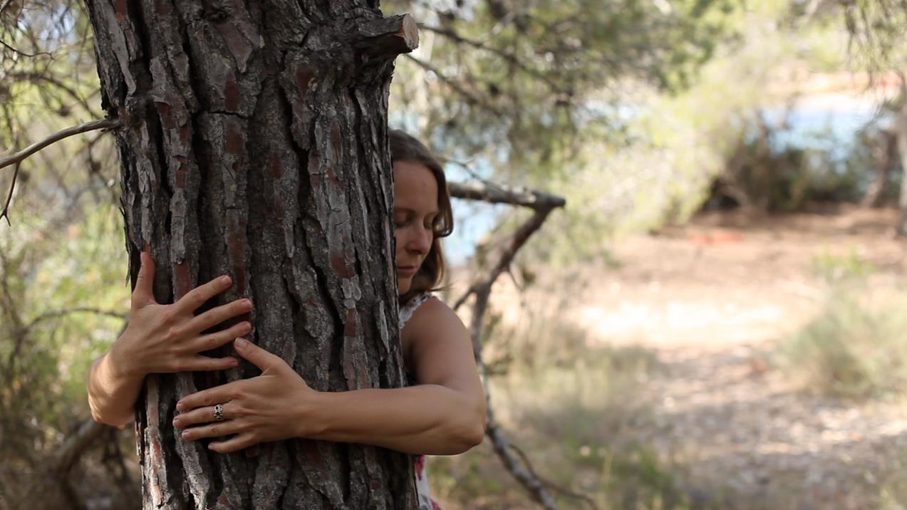 Diana verbindet sich mit einem Baum.