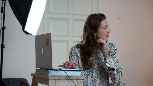 Julia vor ihrem Online Frauenkreis.