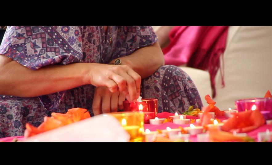 Kerzen werden angezündet für eine Zeremonie mit Diana Odette Beaulieu