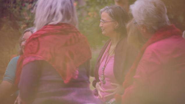 Mit der Gebärmutter verbinden, Katharina Sebert leitet die Frauen an.