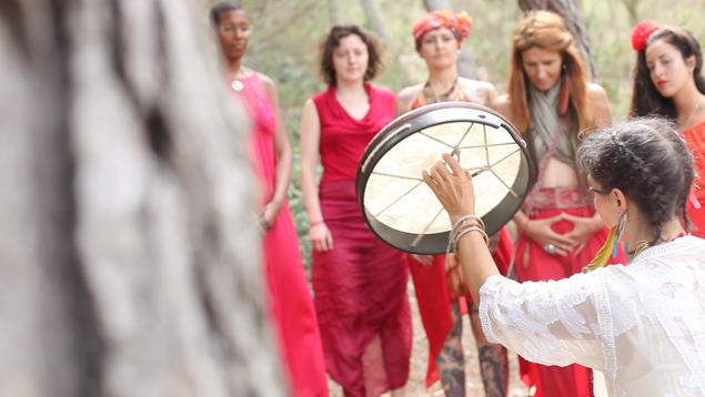 Die Frauen verbinden sich mit dem Wald,  Aiwu Rivero trommelt.